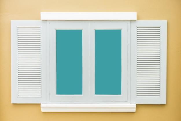 白い窓クラシックヴィンテージ色ライトオレンジの壁の背景