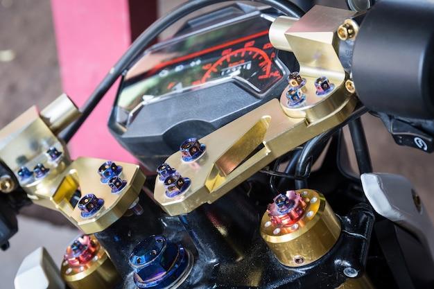 カスタム美しさと近代的なオートバイの詳細を閉じます。黄金色と鮮やかな色