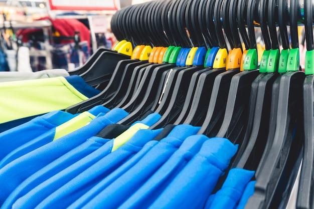 柔らかく、店内のサイズのある衣料品のクローズアップのための焦点を選択します。