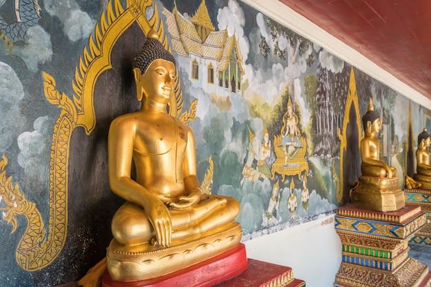 Изображение будды в храме чиангмай на открытом воздухе.