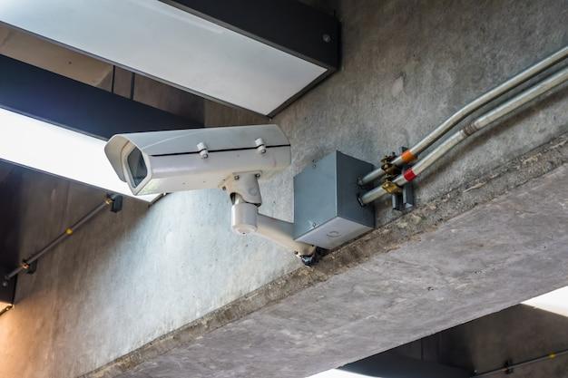 Камера видеонаблюдения на конусе современного здания в аэропорту