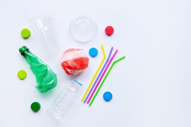 Пластиковые отходы на белом фоне.