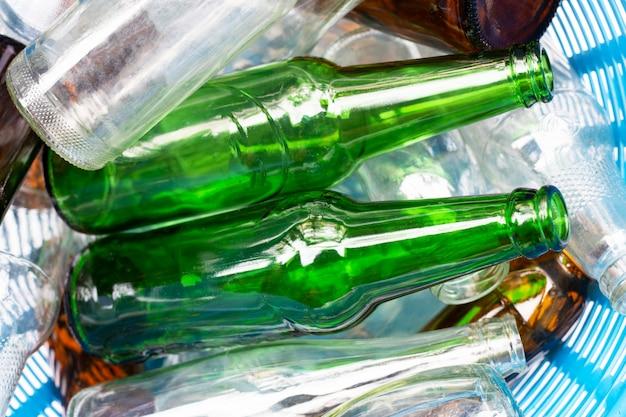 Стеклянные бутылки в мусорной корзине.