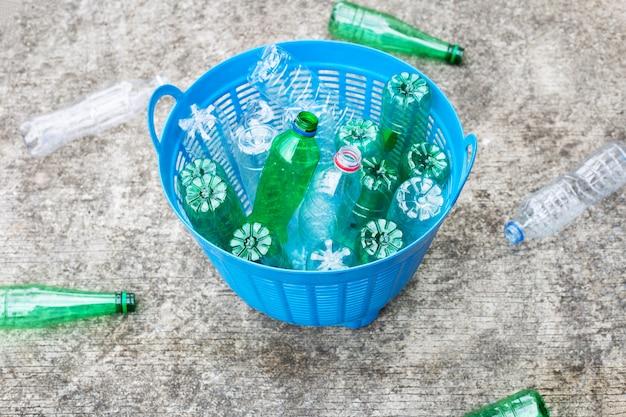 Пластиковые бутылки в мусорной корзине.