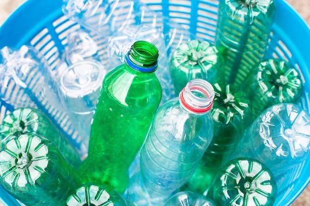 ゴミ籠の中のペットボトル。
