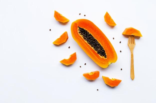 Плоды папайи на белом фоне