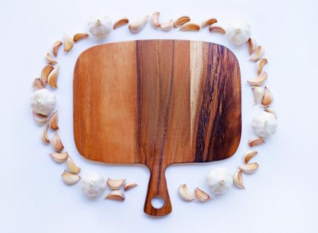 白の木製まな板とニンニク