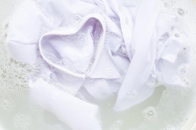 洗濯前に布を浸し、白いシャツ