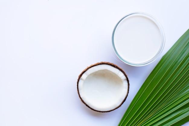 Кокос с кокосовым молоком на белом