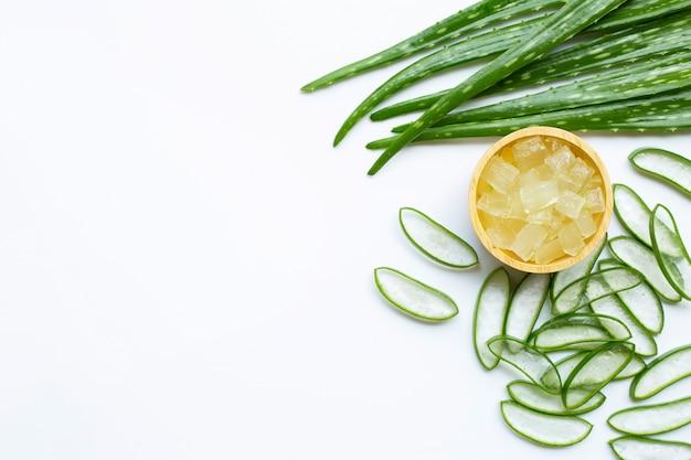 アロエベラは健康と美容、白い背景のための人気のある薬用植物です。