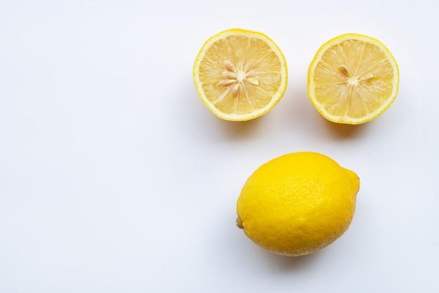 白い背景の上のレモン。