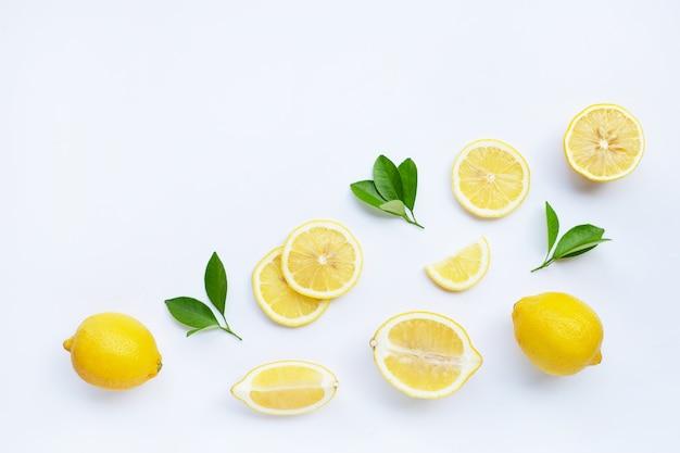 レモンと白で隔離される葉を持つスライス。