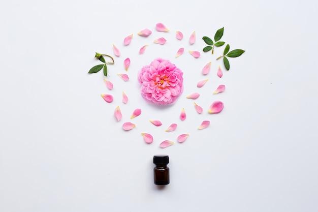 白アロマセラピーのバラのエッセンシャルオイルのボトル