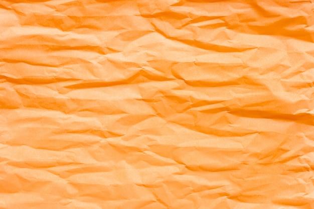 茶色のオレンジ色のしわくちゃの紙