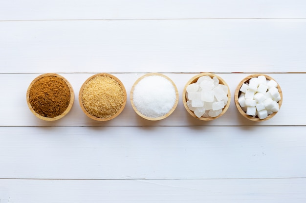 白い木の上の砂糖の様々な種類