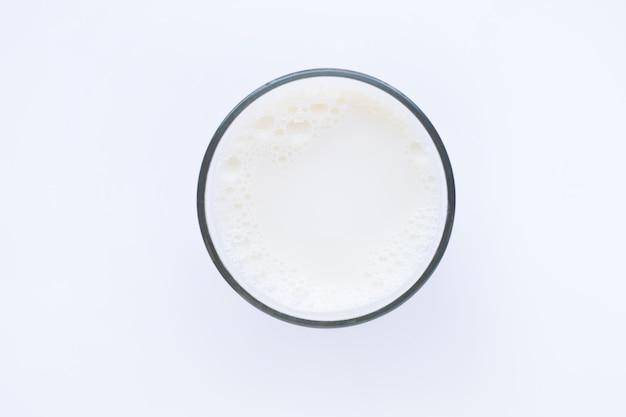 白で隔離される牛乳のガラス