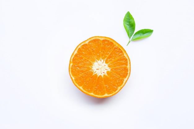 Свежие оранжевые цитрусовые на белом.