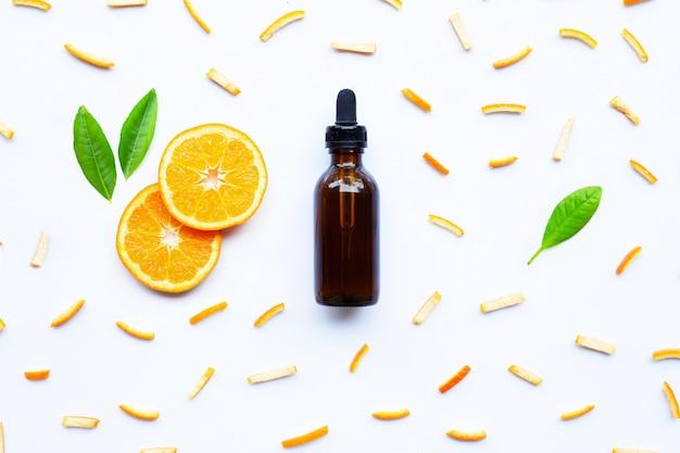 白の柑橘系の果物とエッセンシャルオイル