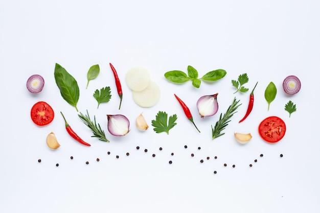 様々な新鮮な野菜やハーブの白い背景の上。健康的な食事のコンセプト