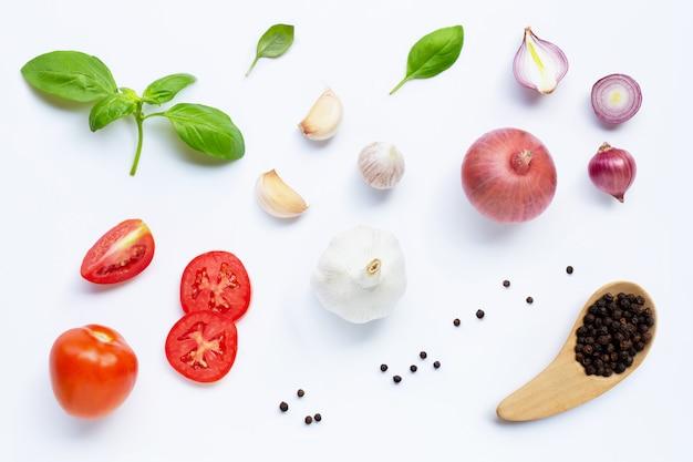 Различные свежие овощи и травы на белом фоне. концепция здорового питания