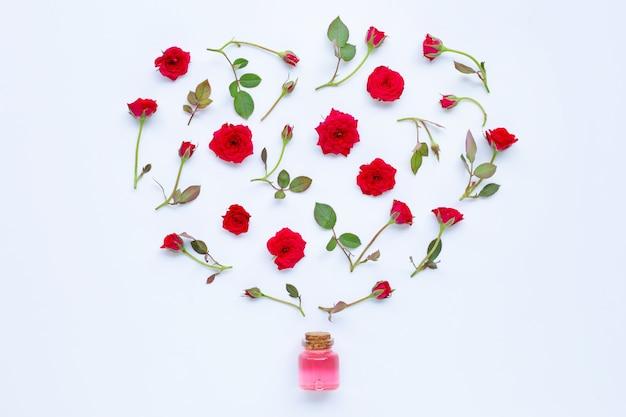 白のアロマセラピーのバラのエッセンシャルオイルのボトル。