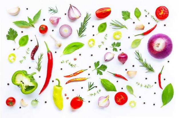 様々な新鮮な野菜やハーブの白い背景の上