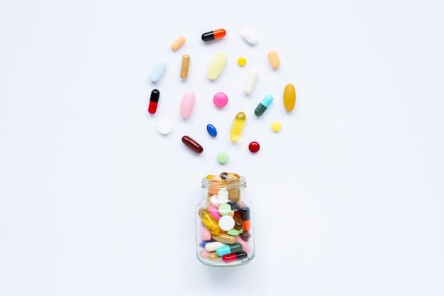 カプセルと白の錠剤とカラフルな錠剤。