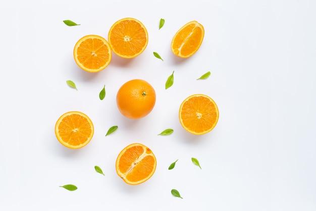 白で隔離される葉を持つ新鮮なオレンジ色の柑橘系の果物