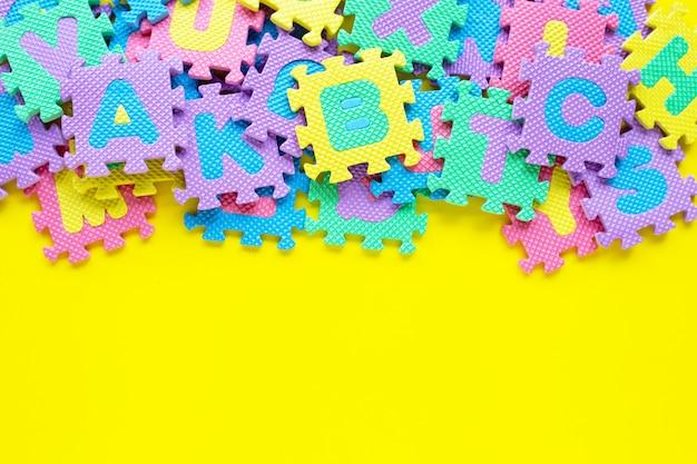 黄色のアルファベットパズル。