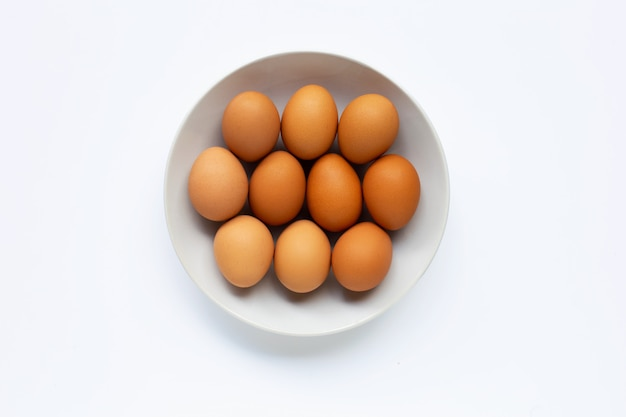 白い皿に卵、白。
