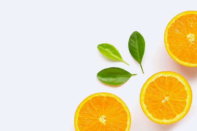 新鮮なオレンジ色の柑橘系の果物、白い背景で隔離の葉