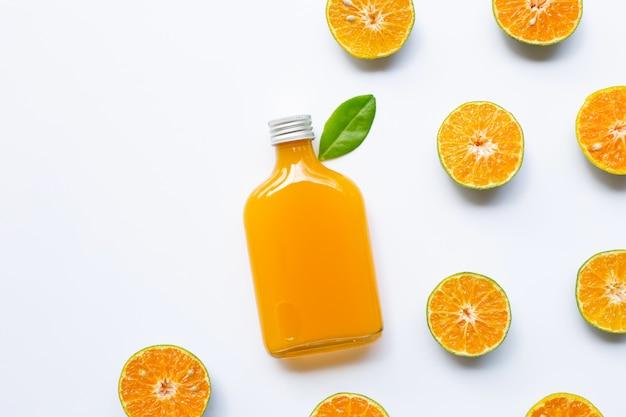 白で隔離されるオレンジジュースとオレンジ色の果物