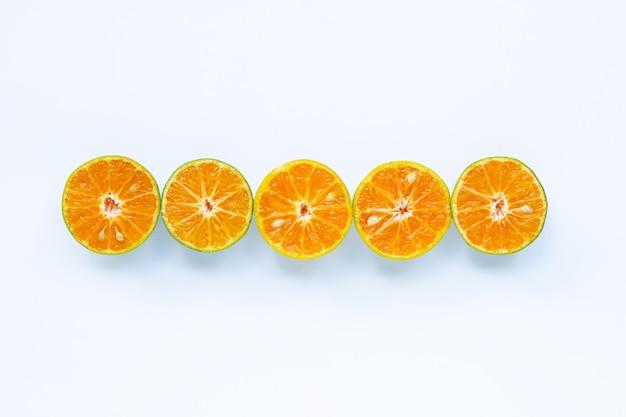 オレンジ色の果物、白で隔離