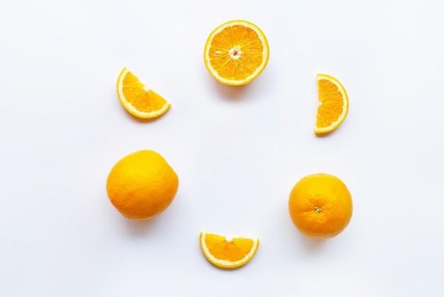 白の新鮮なオレンジ色の柑橘系の果物