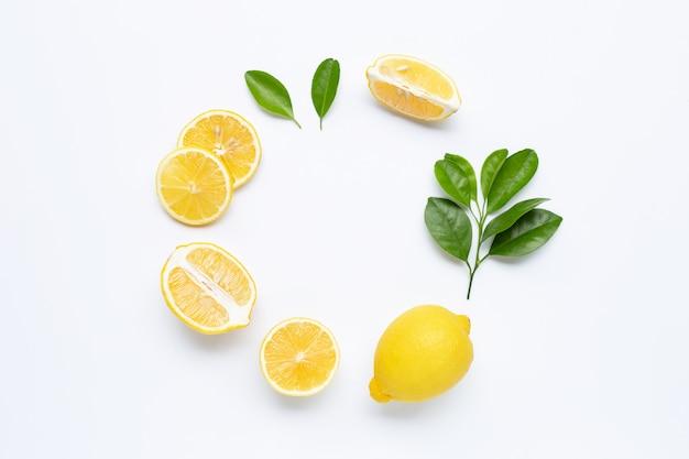Лимон и ломтики с листьями на белом фоне в рамке