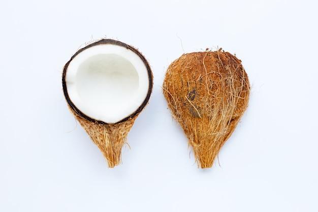 Спелые кокосы на белом. вид сверху тропических фруктов.