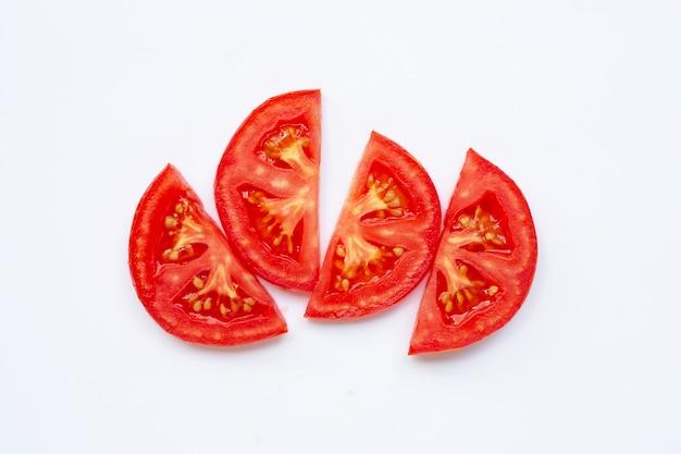 白で隔離されるトマトのスライス