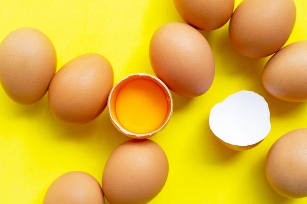 黄色の背景に卵。