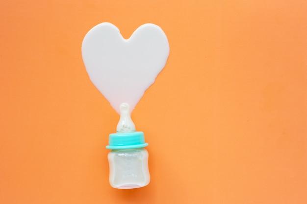 オレンジ色の赤ちゃんのための牛乳瓶