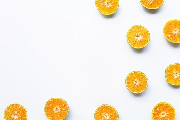 白い背景の上のハーフカットオレンジ。