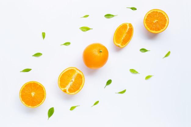 白い背景で隔離の葉と新鮮なオレンジ色の柑橘系の果物。