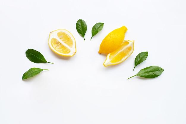 Свежий лимон с зелеными листьями.