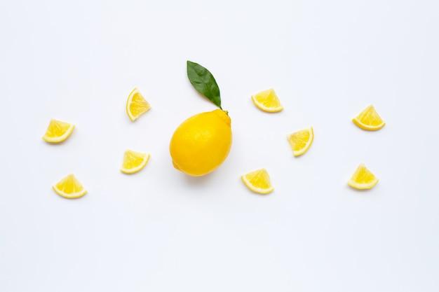 Свежий лимон с ломтиками