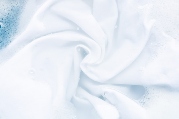 洗濯する前に布を浸し、白い布の背景