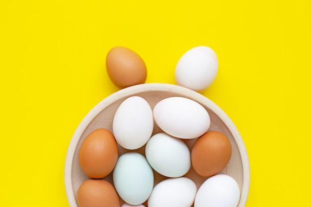 Яйца на желтом. счастливого пасхального кролика.