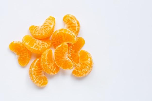 Сегменты мандарина, свежий апельсин изолированный на белизне.
