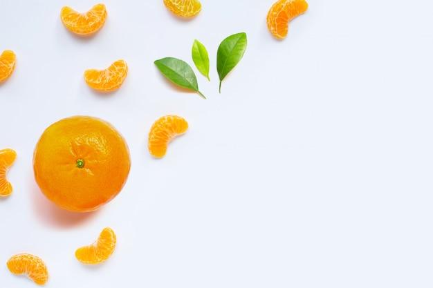 マンダリンセグメント、白で隔離される新鮮なオレンジ