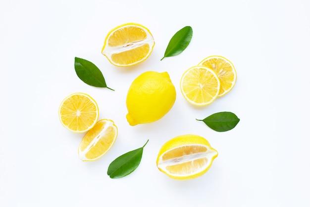 Лимон и ломтики с листьями, изолированные на белом.