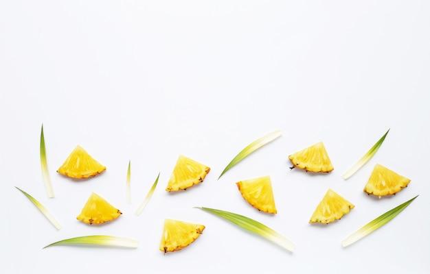白の新鮮なパイナップルスライス