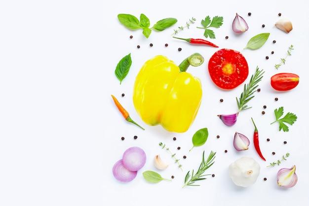 白の様々な新鮮な野菜やハーブ。健康的な食事のコンセプト